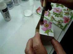 A decoupage consiste em uma belíssima técnica de artesanato para cobrir objetos e materiais com figuras em papel. Fizemos um passo a passo para iniciantes na arte. Esperamos que gostem: Você vai precisar de: Pinceis de...