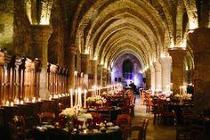 salle des moines, Abbaye des Vaux de Cernay, salle de diner, diner mariage, mariage, décoration, bougies, lumières tamisée, élégance, chic, mariage brésilien, composition florale basse, composition florale blanche