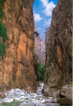 Samaria kloof Kreta | Griekenland.   De langste kloof van Europa   De wandeling door de Samaria Kloof is een geweldige, intense ervaring. Het is de smalste kloof ter wereld.  Zorg voor goede, stevige schoenen, pet of hoed tegen de zon.