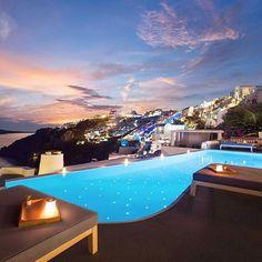 Twinkly Santorini ✨ (📷: @hotelsandresorts)