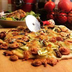 冷凍庫に眠ってた生地、年末に友人夫妻のうちへお邪魔して作ったら美味しかった組み合わせで、リピ。 今日は長葱多めで作ってみたよー - 93件のもぐもぐ - Homemade mushroom & sausage pizza with basil sauce.  自家製生地でしいたけとソーセージのバジルソースピザ by centralfields