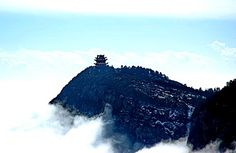 Mount Emei in the Sichuan province, China. One of the Four Sacred Buddhist Mountains of China. A place of reflection and enlightenment.  / Einer der 4 heiligen buddhistischen Berge Chinas ist der Berg Emei in der Sinchuan-Provinz.