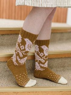The thin Novita Venla yarn in beautiful retro colours is perfect for detailed colourwork patterns like the birds on these socks. Wool Socks, Knitting Socks, Knitting Patterns Free, Free Knitting, Swatch, Fingering Yarn, Red Green Yellow, Tree Patterns, Retro Color