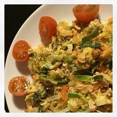 """Atum """"à Brás""""FIT!  Ingredientes:    - Alho Francês - 1/2     - 1 Cenoura média ralada    - 1 lata de Atum     - 1 Ovo + 1 Clara 1º Passo: Colocar os ingredientes """"secos"""" numa frigideira com um fio de azeite. Ir mexendo e controlando a temperatura do fogão para não queimar.  2º Passo: Quando os legumes e o atum estiverem praticamente cozinhados, junta-se o ovo e a clara (previamente batidos) e mexe-se tudo muito bem, até o ovo cozinhar. E pronto! Refeição FIT, saborosa e nutritiva,"""