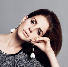 Lana del Rey: make anos 60, truques de luz e sombra no côncavo e na pálpebra, além do delineador perfeito bem marcado, cilios postiços e boca apagada. Queria ter nascido nessa época! ( Eu também Vic! :) )