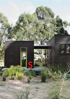 For her family's house near Melbourne, Anna Horne created a series of prefab wood modules using a design from the company Prebuilt. She found the old industrial letter at a factory; it stands for Somerset, the name of the house. Photo by Lisa Cohen . Modular Homes, Prefab Homes, Prefab Shipping Container Homes, Modular Housing, Shipping Containers, Casas Containers, Building A Container Home, Black Exterior, Modern Exterior