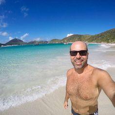 Passando na sua timeline pra desejar uma boa semana e se der um bom banho de mar (ou cachoeira) pra afastar a urucubaca e trazer boas energias. .  Essa aí é a Prainha do Pontal do Atalaia em Arraial do Cabo. Pode chegar lá de barco ou carro (o estacionamento tá 20 reais). Nós fomos de barco com os amigos do @arraialvipturismo. .  Tem muitas dicas desse paraíso em nosso blog http://ift.tt/1Rd5iyX. Corre lá pra ver.