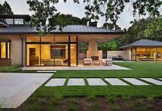 Красивый одноэтажный дом с бежевым экстерьером и металлической крышей.  #строительство #фасад #металлосайдинг #дизайн #архитектура #ОООБазисПрофнастил