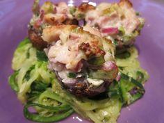 """Zucchini-Nudel (""""Zudeln"""") mit Champignons Elsässer Art - Die Füllung der Champignons ist dem Elsässer Flammkuchen nachempfunden"""