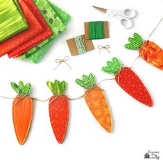 Create this rustic Fabric Carrot Banner for Easter! A great way to use up fabric scraps, this banner is easy to make and the tutorial comes with a free template! tree rustic decor diy projects Fabric Carrot Banner for Easter Diy Projects Easter, Easter Crafts, Bunny Crafts, Ostergeschenk Diy, Easy Diy, Spring Crafts, Holiday Crafts, Easter Tree Decorations, Easter Decor