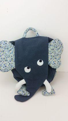 Un sac à dos en forme d'éléphant bleu marine avec de jolies fleurs . : Sacs enfants par 1-2-3-picoti