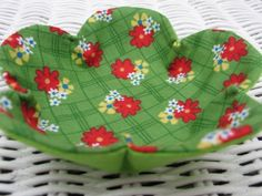 Fabric Bowls and Boxes - Sewing - Learn How to Sew, Free Sewing Small Sewing Projects, Sewing Hacks, Sewing Tutorials, Potholder Patterns, Fabric Patterns, Sewing Patterns, Fabric Crafts, Sewing Crafts, Fabric Art