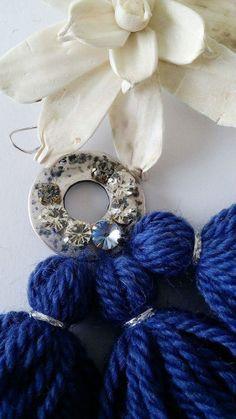 YANA Wool Tassels Earrings Blue - Orecchini con tre nappe in lana fatte a mano in colore blu, con elemento argentato e cristalli swarovski abbinati. Lunghezza orecchini: 110mm circa compreso il perno Disponibili in diversi c...