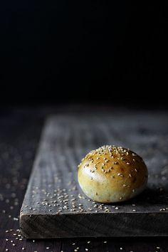 Risultati immagini per daniel jordà Bread Bun, Easy Bread, Bagels, Dark Food Photography, Artisan Bread, Organic Recipes, Hamburgers, Food Pictures, Food Styling