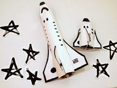 make some cardboard space shuttles with your kids (template included) toilet paper roll or paper towel roll craft Kids Crafts, Space Crafts, Projects For Kids, Diy For Kids, Arts And Crafts, Toilet Paper Roll Crafts, Cardboard Crafts, Cardboard Tubes, Space Party