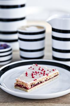 Tallerkner Panna Cotta, Pancakes, Cereal, Plates, Breakfast, Ethnic Recipes, Design, Food, Licence Plates
