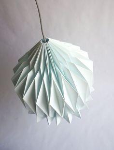|| DORIS || Pantalla de papel, inspiración origami ||  Doris es una bonita pantalla de papel hecha a mano, que ofrece una versión estilizada de las pantallas tradicionales gracias a la técnica del origami. Un nuevo toque design minimalista en tu casa! *** Colores de los modelos presentados en las fotos : Blanco y Azul Menta ***  LIGHT ON : Con solo la luz ambiental de tu cuarto el juego de sombras revela las lineas puras y la complejidad del volumen creado por el simple papel doblado. La