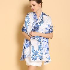 Elegantný dámsky hodvábny šál v bielej farbe s modrými vzormi