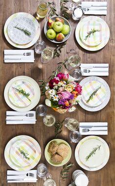 Wir alle setzen uns gerne an einen liebevoll und schön gedeckten Tisch. Dies gilt für feierliche Anlässe, aber auch für den Alltag. Am besten kann man das Abendessen zelebrieren, wenn man dazu eine bunt gedeckte Tafel zaubert. Wunderschönes Geschirr in allen Farben gibt es bei uns im WestwingNow Shop! // Tisch Tafel Besteck Gläser Teller Blumen Obst Essen