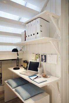 petit coin bureau installé sous l'escalier - une idée gain de place géniale