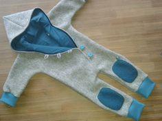 Walkoverall aus reiner Schurwolle  Wenn es draußen kalt wird, hält der Overall aus dicht gewalkter Schurwolle besonders warm. Mit selbst gefertigten Knöpfen, Kapuze, Kniepatches und Bündchen. Das...