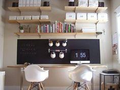Bureau, une planche en bois et 2 tréteaux, avec 2 fauteuils. Mur habillé d'un aplat ardoise noir, petits pots de fleurs suspendus, étagères murales en bois et des boîtes de rangement http://www.unregardcertain.fr/30-idees-et-inspirations-de-decoration-pour-la-piece-du-bureau/2031