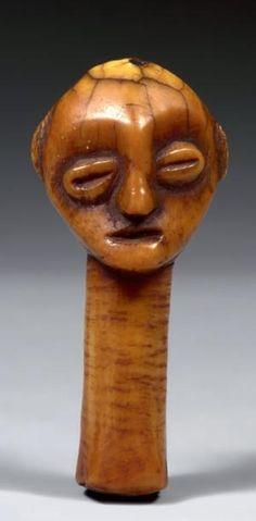 LEGA R.D DU CONGO Ivoire. H. 10 cm Petite tête supportée par un long cou. Le visage encadré par deux oreilles légèrement saillantes en demi-cercles, présente une bouche fendue, et deux yeux en relief… - Cornette de Saint Cyr maison de ventes - 09/04/2014