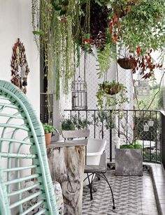 iondecoradion balcony ideas6 10 Amazing Balcony Ideas garden design  photo - LOVE the hanging garden