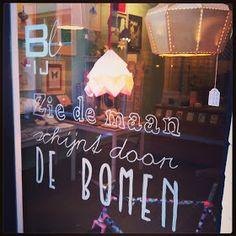 Sinterklaas window art by BL-ij. Use a template and an Edding window marker. Window Writing, Window Markers, Do It Yourself Wedding, Window Art, Time To Celebrate, Visual Merchandising, Diy For Kids, Diy Design, Chalkboard