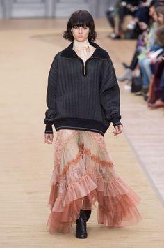 Défilé Chloé automne-hiver 2016-2017 - Sweat molletonné porté sur une robe longue en dentelle à volants.