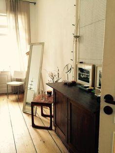 Wunderschöne WG-Zimmer-Einrichtungsidee: große Fenster für viel ...