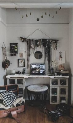 Outro detalhe do apartamento: escrivaninha criada com blocos de concreto e acessórios pendurados Instagram/audriestorme