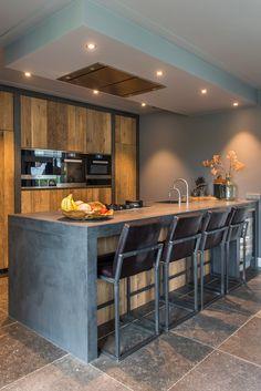 Dit is de top 5 van de Landelijke keukens die wij op maat hebben mogen maken voor onze klanten. Bent u op zoek naar een nieuwe keuken? Dan is een landelijke  keuken van RestyleXL zeker iets om over na te denken. Wij hebben al diverse landelijke keukens ontworpen en gemaakt. Zoekt u iets unieks en speciaals met een landelijke uitstraling? Dan is een RestyleXL keuken wellicht iets voor u! #landelijke #landelijkekeuken #landelijk #keuken Kitchen Units, Kitchen Art, Kitchen Interior, New Kitchen, Kitchen Dining, Kitchen Decor, House With Land, A Frame House, Barn House Plans