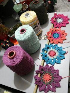 Adorei o resultado da micro cortina que fiz para o basculante da minha cozinha, ficou bem alegre! Diy Crochet Flowers, Crochet Diy, Crochet Leaves, Love Crochet, Crochet Leaf Patterns, Crochet Motif, Crochet Decoration, Crochet Home Decor, Valance Patterns