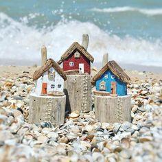Вчерашний шторм так и не дал сфотографировать эти домики, все пляжи в округе превратились в огромные лужи (в истории есть видео). Поэтому выкладываю эту троицу сегодня. ❗ Цена 900р + 300р пересылка по России ❗Размер: длина 8,5см* высота 13см. ❗ Работа выполнена из дрейфовавшего в Чёрном море дерева. ❗Если хотите приобрести, напишите какого цвета хотите домик ниже, либо напишите в директ. __________________________ #дрифтвударт #дрифтвуд #driftwoodart #driftwood #издерев #подарок…