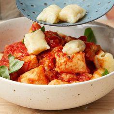 Gnocchi er den perfekte måten å bruke opp potetrestene. Gnocchi med tomatsaus er både billig og raskt å lage - særlig hvis du har restepoteter stående.