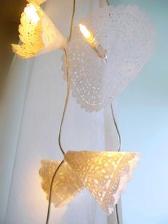 DIY: paper doilies light chain. Via elleinterior