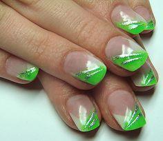 Schöne Fingernägel mit Nailart grün