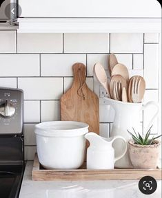 Kitchen Vignettes, Farmhouse Kitchen Decor, Home Decor Kitchen, Home Kitchens, Kitchen Design, Vintage Kitchen Decor, Kitchen Ideas, Kitchen Countertop Decor, Kitchen Tray