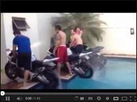 Można by się zapytać - po co oni wjechali motocyklami do basenu? A no własnie po to :-) http://www.smiesznefilmy.net/motocyklem-w-basenie #motorcycles #motocykle #basen