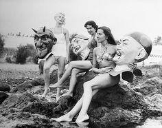 """En #Tenerife en 1958 estas chicas posan en la playa con los cabezones con los que celebran el """"Festival de invierno"""", eufemismo que se utilizó durante el franquismo para seguir celebrando el #Carnaval bajo otro nombre. #Canarias #carnival"""