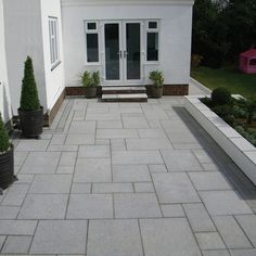 Most Popular Modern Driveway Paving Ideas and Layouts Modern Driveway, Stone Driveway, Driveway Paving, Driveway Design, Driveway Landscaping, Driveway Ideas, Garden Slabs, Patio Slabs, Garden Paving