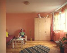 Unverkennbare Ikea-Möbel, Plüschtiere und ein schickes Fischgrätenparkett - im vierten Stock hat eine jüngere Generation Einzug gehalten. Don Lukas, so das Pseudonym des Spaniers in den weißen Flip-Flops, lebt hier erst seit Kurzem mit seiner Freundin.