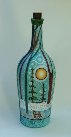 Botella pintada a mano. Barniz semimate para su protección. Uso decorativo.