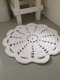 Dandelion Days: A Fabulous Hoooked Zpagetti Rug Pattern. Use any old doily pattern and make a wonderful rug using Hoooked Zpagetti.