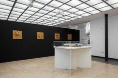 """Ausstellung """"Sinnfindung im Erbe von Mies van der Rohe - Werk Werner Blaser - Edition LÖFFLER"""" an der Universität der Künste Berlin; Holzreliefs von Werner Blaser (Fotografie: Ulrich Schwarz)"""