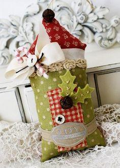Новогоднюю елку можно украсить шитыми домиками.