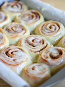 This easy Cinnabon Cinnamon Roll Recipe is the ultimate clone. These fluffy homemade cinnamon rolls are chewy, soft, and are heavenly when served warm and fresh! rolls The Best Homemade Cinnamon Rolls Just Desserts, Delicious Desserts, Yummy Food, Healthy Desserts, Cinnabon Cinnamon Rolls, Cinnabon Recipe, Easy Homemade Cinnamon Rolls, Cinnamon Roll Icing, Homemade Rolls