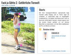 Mit ihrer hochgeschnittenen Jeansshorts liegt Chantal (Jella Haase) voll im Trend. Egal ob unifarben, in Used-Optik oder im angesagten Underbutt-Cut, mit diesen Hot-Pants kann man im Sommer nichts falsch machen. Zudem eignen sich die kurzen Hosen perfekt, um ein kleines Bäuchlein zu kaschieren und den Blick stattdessen auf Po und Beine zu lenken.