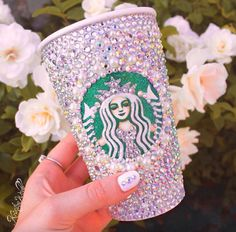 okay this is so cute i love this starbucks cup this cup is made by kristina webb and i love how she draws an all her really cool ideas. comment if you likee Starbucks Coffee, Starbucks Crafts, Copo Starbucks, Starbucks Cup Art, Starbucks Drinks, Starbucks History, Starbucks Products, Starbucks Recipes, Kristina Webb Art